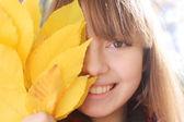 портрет ницца улыбается девушка осень — Стоковое фото