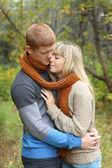 Romantyczna para młoda objęciach parku jesień — Zdjęcie stockowe