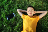 Jonge man met een tablet buitenshuis — Stockfoto