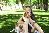 Beagle 犬在户外可爱幸福年轻女人 — 图库照片