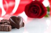 Srdce, čokolády a květina — Stock fotografie