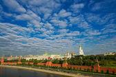 большой кремлевский дворец с москвы-реки. — Стоковое фото
