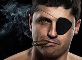 一个海盗着一支雪茄,看相机的肖像 — 图库照片