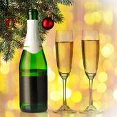 Flautas de champanhe num ambiente de férias. closeup. — Fotografia Stock
