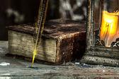 Lámpara vintage para la vela y viejos libros de mesa de madera — Foto de Stock