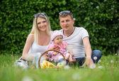 Porträtt av lycklig familj i trädgården — Stockfoto