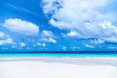Prachtige strand en tropische zee — Stockfoto