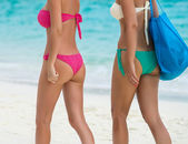 Two beautiful girls going for a tropical beach — Stock Photo