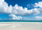 Bela praia e mar tropical — Foto Stock