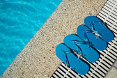 Flip Flop on Wood Floor pool edge with surface of water background — Foto Stock
