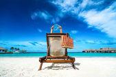 Jovem, deitado em uma praia tropical e máscara para mergulho — Fotografia Stock