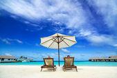 Par på en tropisk strand på maldiverna — Stockfoto