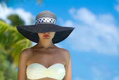 Mujer en bikini en la playa tropical — Foto de Stock