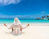 Vacaciones en la playa. hermosa mujer caliente disfrutando de la vista de aspecto de playa — Foto de Stock