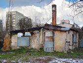 Destruição, wrack casa e novo edifício — Foto Stock