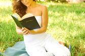 Femme avec la sainte bible — Photo