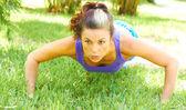 Kobieta robi push up w parku — Zdjęcie stockowe