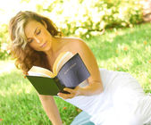 Frau lesen Bibel — Stockfoto
