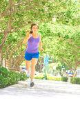 Kobieta fitness jogging w parku — Zdjęcie stockowe