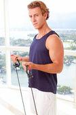 Caucasica maschio facendo resistenza allenamento al chiuso — Foto Stock