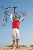 Hiszpanin mężczyzna trzyma rower górski w zwycięstwo — Zdjęcie stockowe