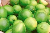 Maturi e succosi limoni per la vendita al mercato — Foto Stock