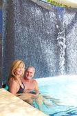 Zralé kavkazský mužské a ženské, relaxaci v bazénu. — Stock fotografie