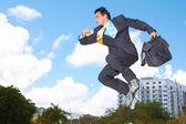 Empresario patinar con maletín — Foto de Stock