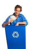 Caucasion mężczyzna z przerabianie surowców wtórnych skrzynia trzymając pieniądze — Zdjęcie stockowe