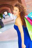 Bela mulher sorridente com sacos de compras — Fotografia Stock