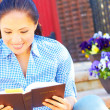 Pretty Woman Reading Bible — Lizenzfreies Foto