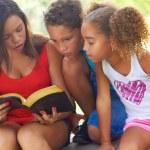 genç kız kardeşler Park için İncil okuma — Stok fotoğraf