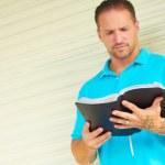 adam dövme İncil okuma ile — Stok fotoğraf
