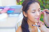 Anwendung Lidschatten Make-up-Künstler — Stockfoto