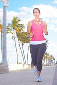 Frisk kvinna jogging på gångväg — Stockfoto