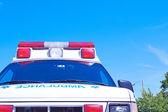 Ambulancia con el bonito cielo azul para el espacio de la copia — Foto de Stock