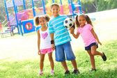Petits enfants, avec des ballon de soccer au parc — Photo