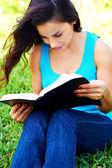 若い女性の読書聖書 — ストック写真