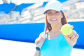 теннисистка холдинг теннисный мяч — Стоковое фото