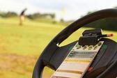 高尔夫球车的方向盘上的积分卡 — 图库照片