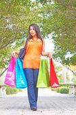 買い物袋と歩いて魅力的な若い女性 — ストック写真