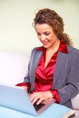 Красивый бизнес женщина проведение laptop — Стоковое фото