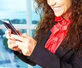 Chica rizada con teléfono móvil — Foto de Stock