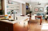 Cuisine moderne avec assis et salle à manger — Photo