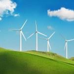 绿色的群山的风力发电机 — 图库照片