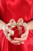 Roten Geschenkkarton in woman's Händen — Stockfoto