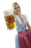 Kobieta z kuflem piwa — Zdjęcie stockowe