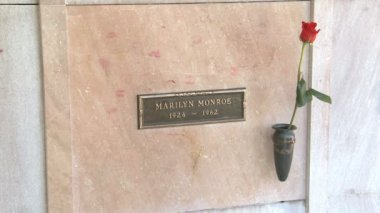 Marilyn Monroe's Crypt — Stock Video