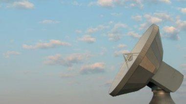 Nubes sobre la estación terrestre de satélite — Vídeo de stock
