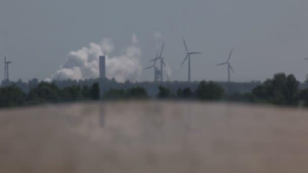 Planta de energía y las turbinas de viento — Vídeo de stock